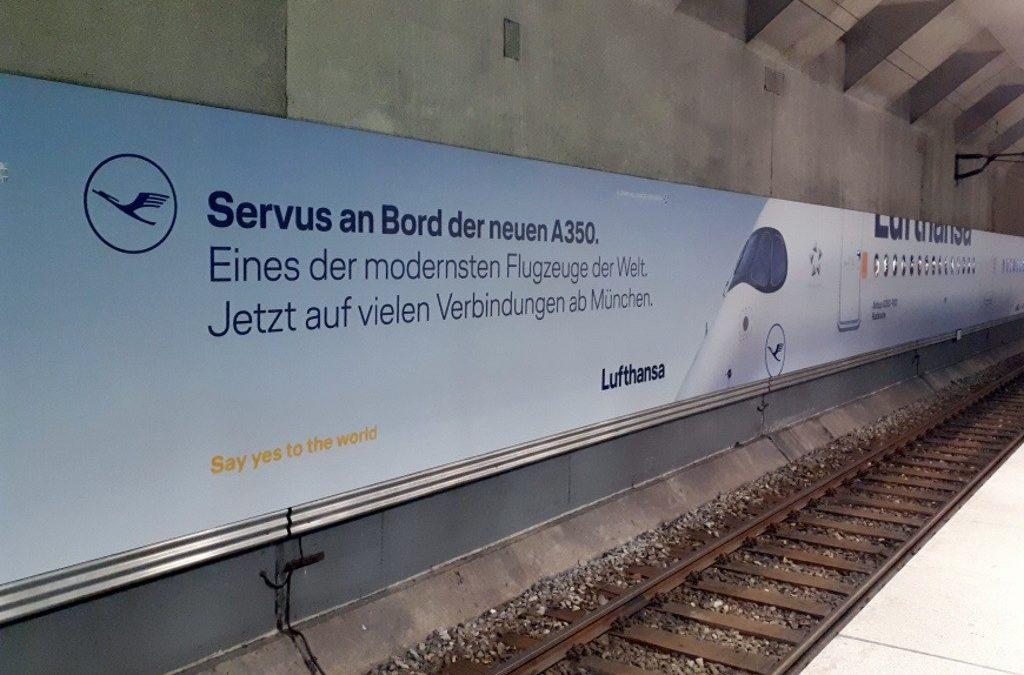 Airbus A350-900 in Originallänge im S-Bahnhof des Münchner Flughafens