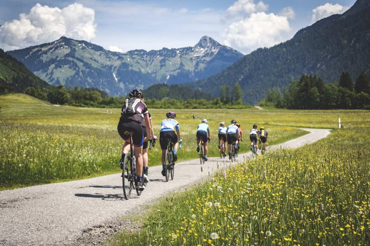 Rennradlerinnen auf einer Tour mit Startpunkt Füssen