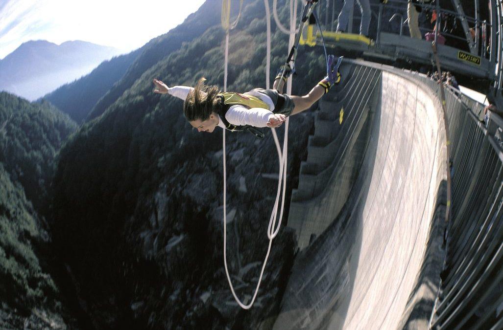 Bungee-Sprung von der Tessiner Verzasca-Staumauer wie James Bond