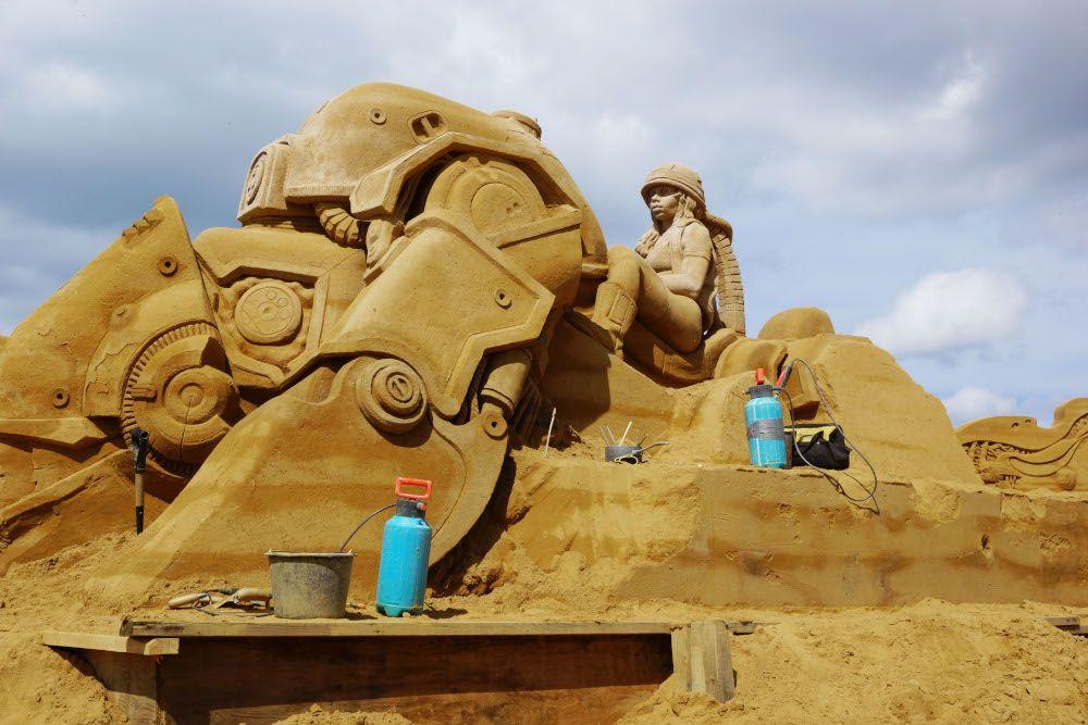 Roboter aus Sand beim Sandskulpturenfestival Søndervig