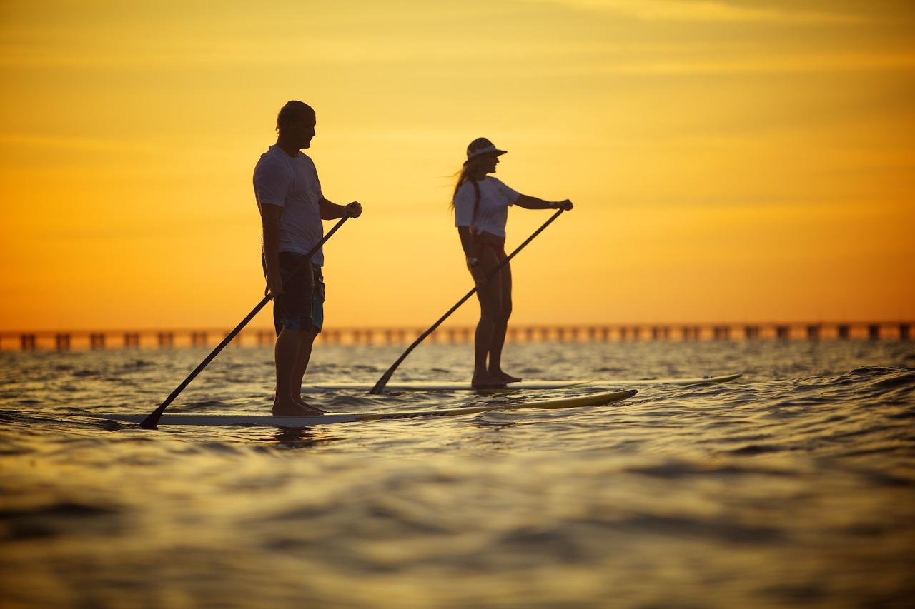 Virginia Beach Paddeboarding im Sonnenuntergang