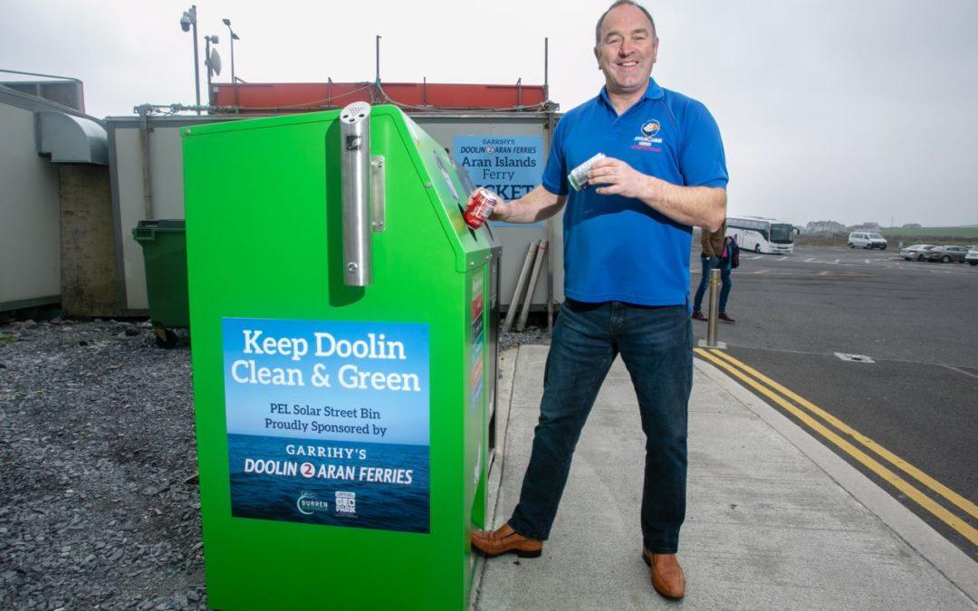 Irland: Solargetriebene Abfalleimer am Fähranleger zu den Aran Inseln