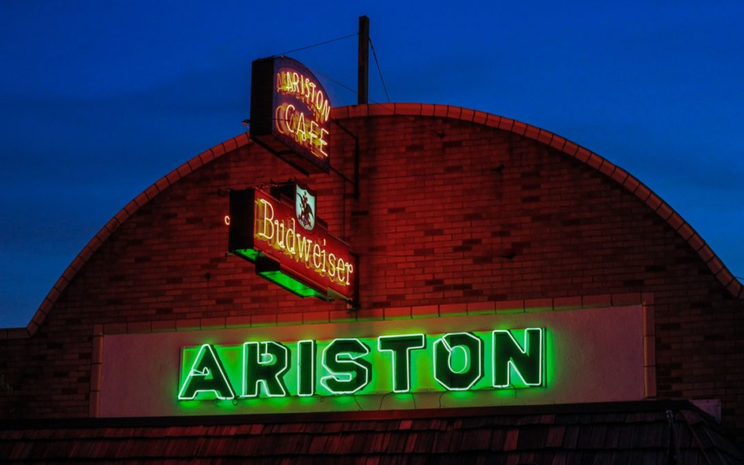 Neonschilder am Ariston Cafe an der Route 66 leuchten wieder