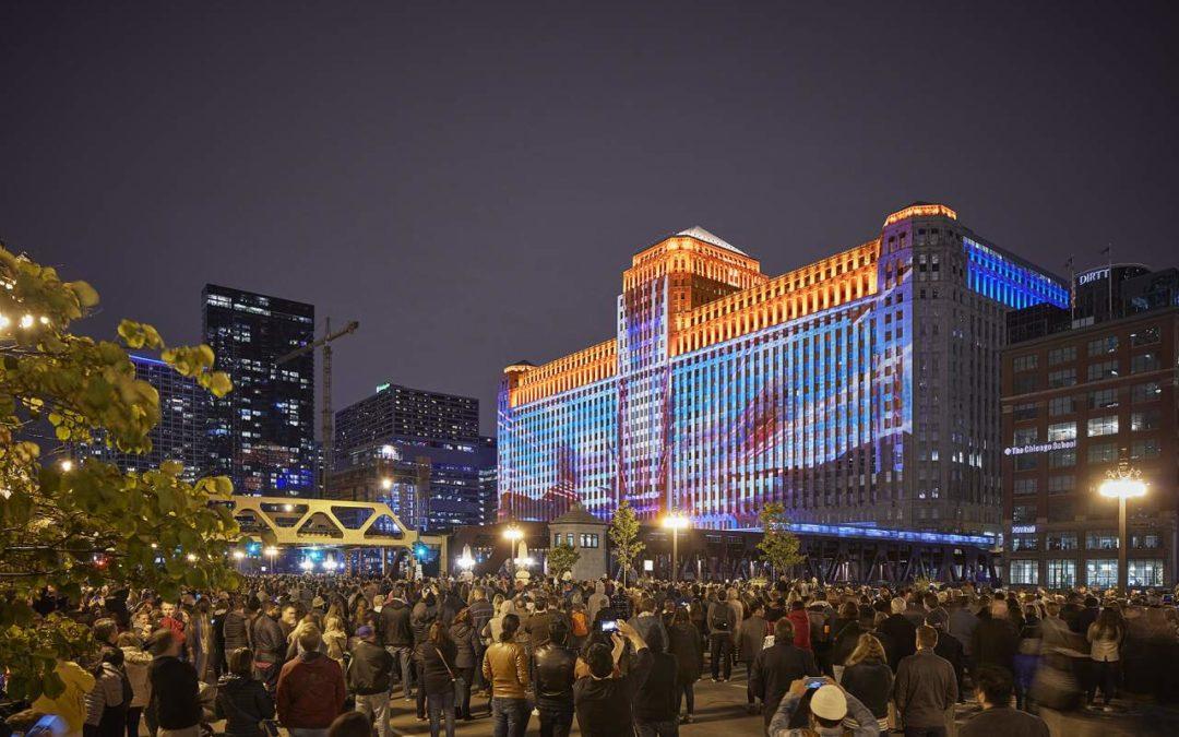 Chicago: Riesige Lichtinstallationen an der Fassade des theMART