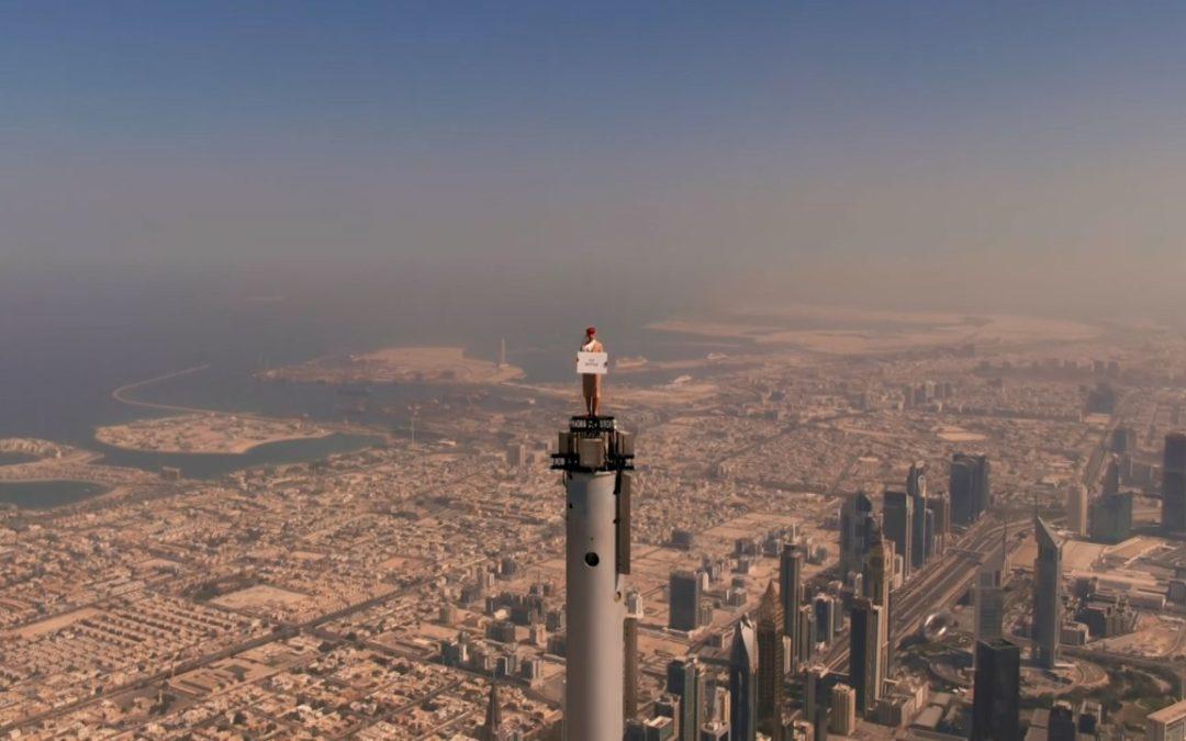 Emirates Werbesport auf der Spitze des Burj Khalifa in Dubai
